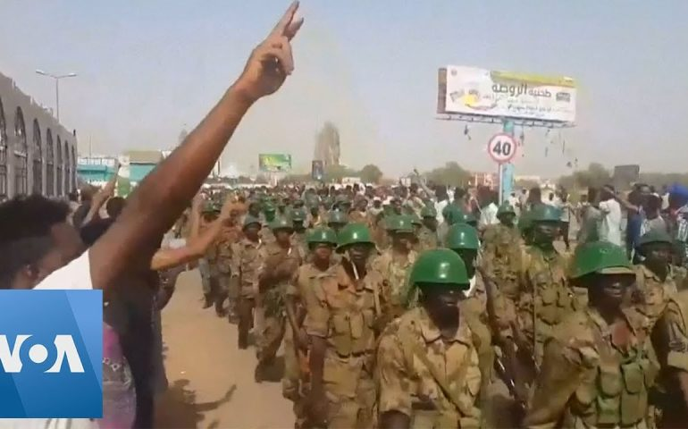 Protesters Salute Sudanese Soldiers