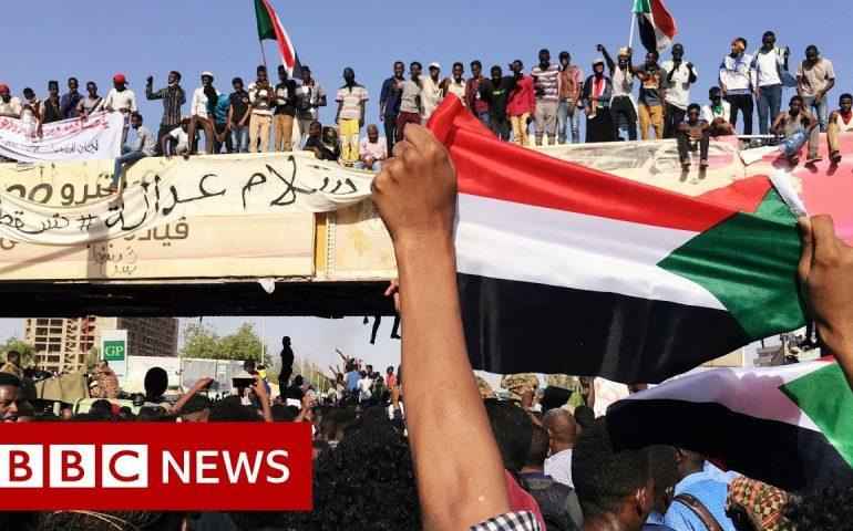 Sudan protest: Demonstrators continue sit-in despite crackdown  – BBC News